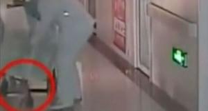 Partorisce in sedia a rotella, bimbo trascinato a testa in giù muore VIDEO