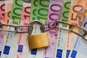 Tassa sui contanti versati in banca oltre i 200 euro, via libera di Renzi