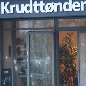 I fori dei 30 proiettili dell'attacco terroristico al Caffè Krudttonden di Copenaghen, dove si teneva un convegno su Islam e libertà di parola (foto Ansa)