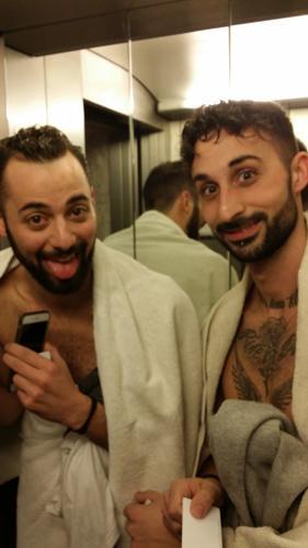 Festival di Sanremo: Dear Jack nudi in ascensore, coperti solo da un asciugamano