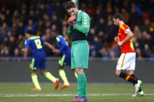 Olanda, che papera: il portiere Van der Hart manca il pallone ed è gol VIDEO