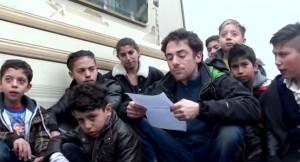 elio Germano spiega la Lega ai bambini rom