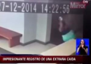 VIDEO YouTube, aggredita da fantasma: il filmato delle telecamere di sicurezza