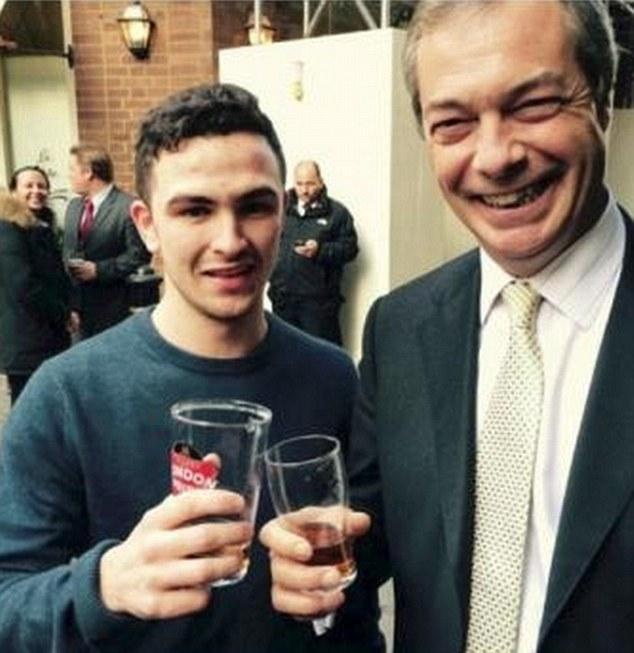 """Josh Parsons, tifoso del Chelsea """"razzista"""", fotografato con Nigel Farage"""