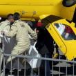 Fernando Alonso viene fatto salire su un elicottero dopo l'incidente (foto Ansa)