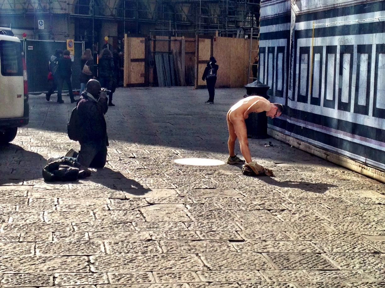 Firenze, nudo in piazza Duomo alle 2 del pomeriggio per una foto