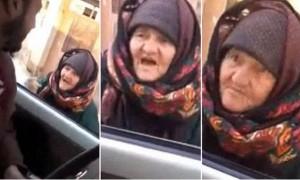 """VIDEO Youtube - La nonna che sfida miliziani Isis: """"Diavoli, Allah vi punirà"""""""