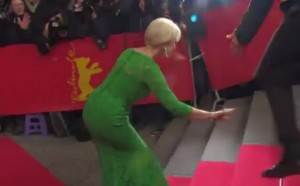 VIDEO YouTube Helen Mirren inciampa sul red carpet a Berlino