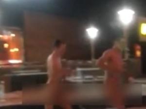Russia, tre uomini vanno al McDonald's nudi e ordinano dei McNuggets