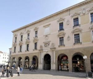 Padova, sesso davanti al Palazzo del Bo: sorpresi, picchiano passante