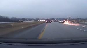 suv viaggia su 2 ruote e colpisce auto: incidente è spettacolare