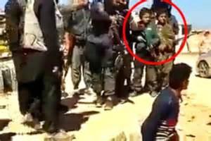 Ragazzini dell'Isis partecipano ad esecuzione