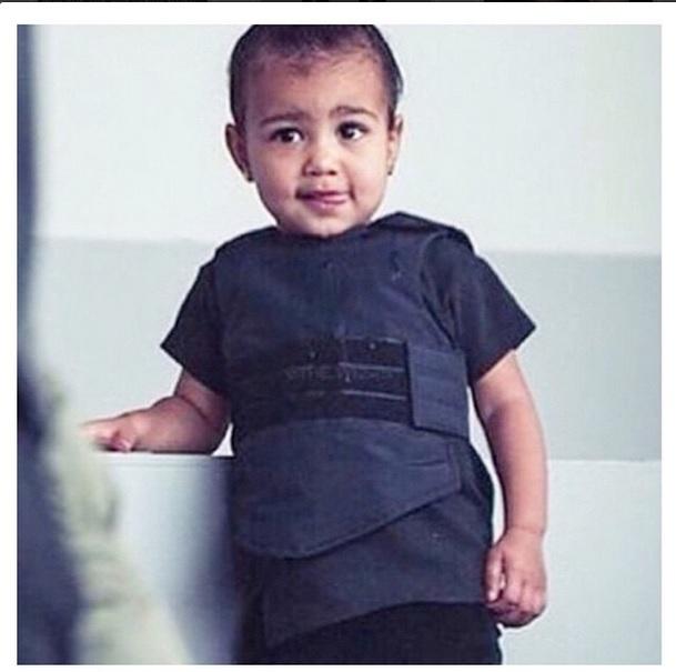 Kim Kardashian, FOTO piccola North col giubbino antiproiettili: proteste sul web