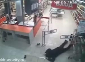 ruba bottiglie supermercato e cade a terra davanti all'uscita