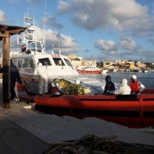 Lampedusa, 12 barconi individuati a sud. Trafficanti sparano a un migrante