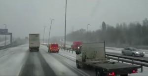 Gb, lampioni oscillano sull'autostrada per colpa del vento