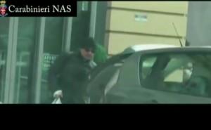 VIDEO YouTube Torino, medico falso invalido in piedi al bar e a fare la spesa