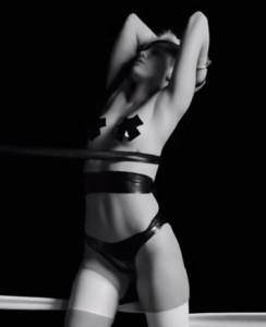VIDEO YouTube Miley Cyrus versione bondage al Festival del Porno