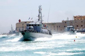 """Libia, migranti in fuga. Scafisti armati contro guardacoste: """"Ridateci barcone"""""""