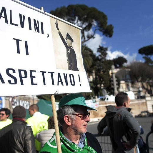 Manifestazione Lega, Mussolini su un cartellone pro-Salvini FOTO