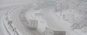 Maltempo, neve e gelo: al Nord non ci si muove, treni cancellati e autostrade chiuse