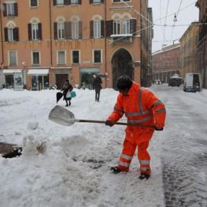 Brescia, 3 anziani morti mentre spalavano neve: attacco di cuore