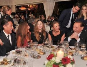 Noemi Letizia (al centro) a cena con Berlusconi e Francesca Pascale. In alto a destra Vittorio Romano