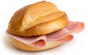 Napoli, regala panino a un disabile: salumiere multato