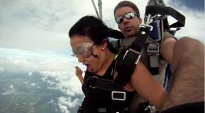 Video YouTube, lancio col paracadute: l'elica dell'aereo li sfiora
