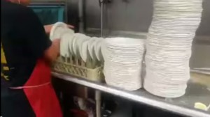 lava centinaia di piatti in pochi secondi. Ecco come fa