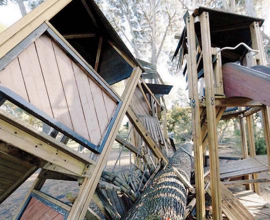 Roma, pino cade sulla torretta dei giochi per bambini a Villa Ada