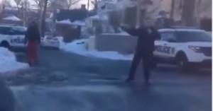 New York, giocano a palle di neve: poliziotto punta la pistola