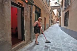 """Genova, via del Campo: sequestrate case chiuse. Una princesa: """"Siamo in regola"""""""