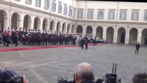 Sergio Mattarella al Quirinale: tappeto rosso, banda e corazzieri in alta uniforme VIDEO