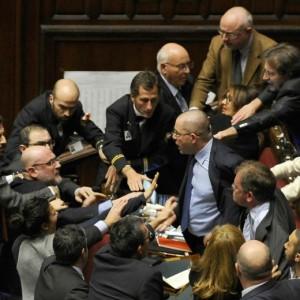 """M5S, Sel e Lega barricate fuori dall'aula. Renzi: """"Vogliono blocco governo"""""""