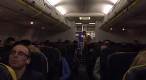ubriaco si denuda in aereo: volo Ryanar costretto ad atterrare