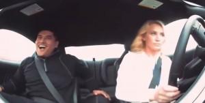 VIDEO YouTube. La bella stuntman rimorchia e spaventa i pretendenti in auto