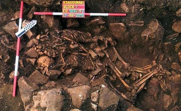 Grecia, trovata coppia di scheletri abbracciati da 5.800 anni