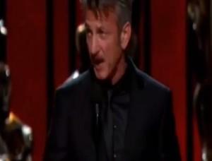 """VIDEO YouTube, Sean Penn premia Inarritu: """"Chi ha dato green card a questo figlio di p..?"""""""