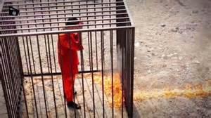 Moaz al Kassasbeh nel momento in cui sta per essere arso vivo