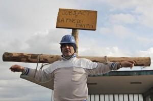 Crocifissione di un operaio FIAT a Pomigliano (foto Lapresse)