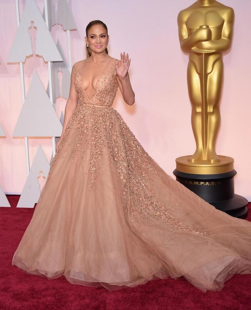 Oscar 2015, Jennifer Lopez incanta tutti: abito con scollatura di Elie Saab03
