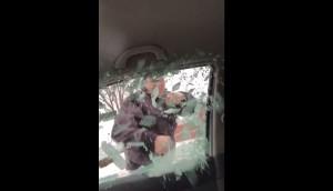 """Video Youtube. """"Mi hai tagliato la strada"""" e spacca il vetro con un pugno"""