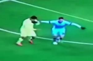 VIDEO YouTube, Luis Suarez: morso a Demichelis in Manchester City-Barcellona?