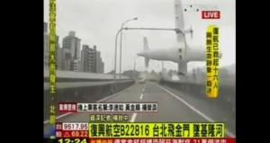 Taiwan, aereo precipita sul fiume: dal ponte il film del tragico volo (Vd YouTube)
