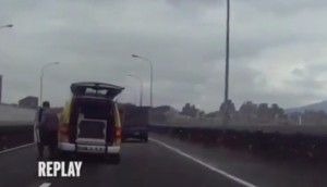 VIDEO YouTube Taiwan: aereo precipita, sfiora taxi. Autista esce, controlla e va