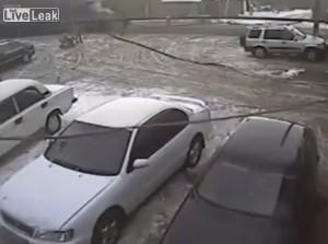 VIDEO YouTube, litiga con la fidanzata e si lancia sotto un tir in corsa