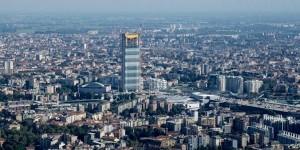 Milano, si lanciano con il paracadute dalla Torre Isozaki: ricercati