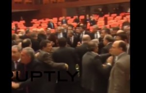 Turchia, mega rissa in Parlamento: 5 deputati feriti, 2 ricoverati