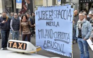 Milano, taxi in corteo contro Uber: traffico in tilt a Linate
